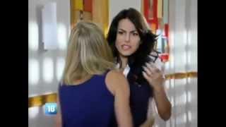 Carla critica o comportamento de Becky e as duas discutem