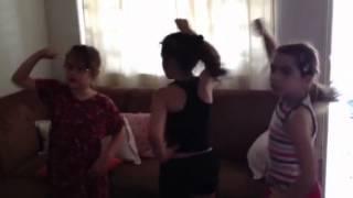 Anita, Manu e Maria Clara dançam Dynamite