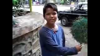 Niño hindu habla muchos idiomas