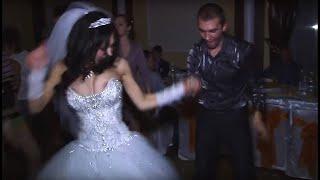 Невеста оторвалась по полной у себя на свадьбе!! ))