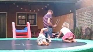 Noah & Elin nog meer lol @ trampoline