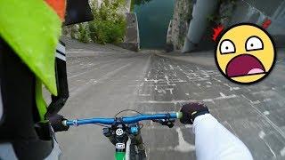 سائق دراجة لا يعرف الخوف! ينزل بأقصى سرعته بإتجاه السد.. شاهد ما حدث !!