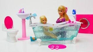 Barbie ve Ken banyo eşyalarını yerleştiriyorlar. Kukla oyunu