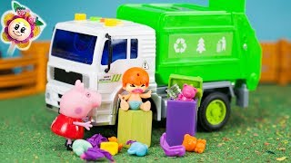 Peppa Pig et les Pinypon ne rangent pas leurs jouets et Grand-mère les jette tous dans la poubelle