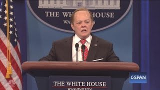 Melissa McCarthy plays Sean Spicer on