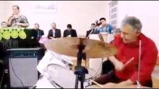 O baterista mais engraçado do mundo (na igreja)