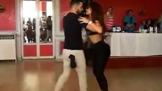 Increiblre pareja bailando bachata *--*