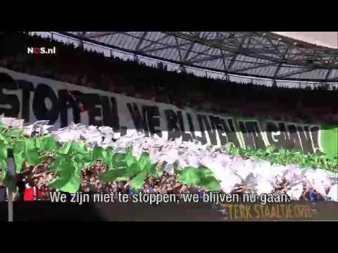 Feyenoord-fans vormen kampioenslied met spandoeken