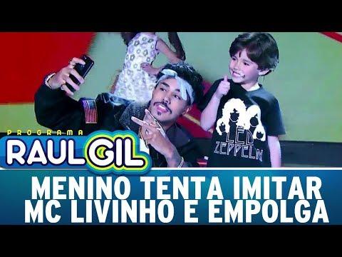 Menino tenta imitar MC Livinho e empolga plateia | Programa Raul Gil (05/08/17)