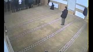 طفل صغير يتسلل إلى مسجد أثناء الصلاة و يتسبب في سقوط رجل على رأسه