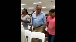 Homem dancando forro na  igreja