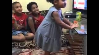 رقص طفله على اغنية فاي البرازيليه