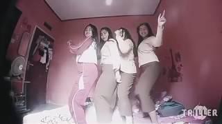 4 cewek SMP goyang di atas ranjang