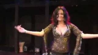 رقص جميل على المسرح صدرها رائع