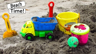 KIDS PLAYING ON THE BEACH | Enfants, jouer, plage | Fun Trip Dump Truck Sand Castle