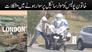 Female police officers are having trouble riding a motorcycle