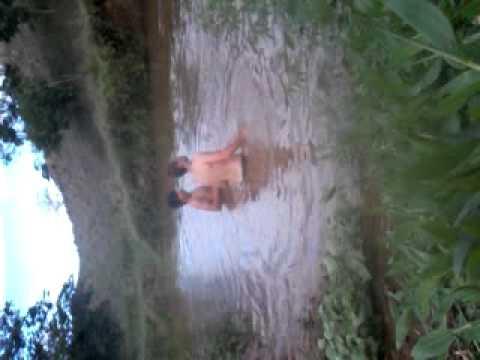 hiago e lucas tomando banho de rio