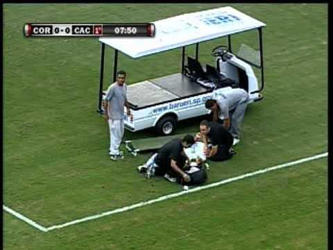 Jogador do Corinthians sofre convulsão após pancada e vai para hospital