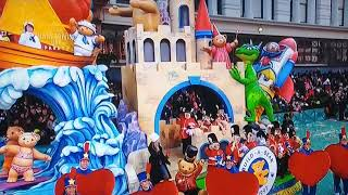 Sabrina Carpenter singing her song why on the Macy's Thanksgiving Parade on Thursday