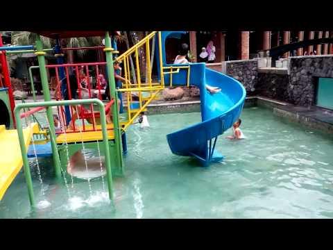 Sliding meluncur di Kolam Renang Anak Banyumili Resto