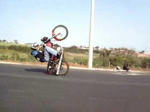 Empinando moto assim é gral