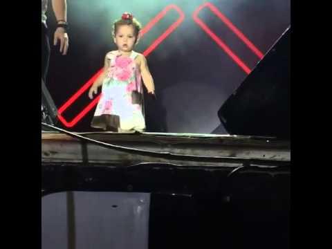 Filha do Wesley Safadão Ysis dançando no show Novinha vai no chão