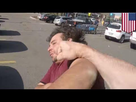 Motociclista y conductor se van a los golpes en un parqueadero de Walmart