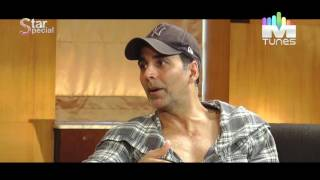 Akshay Kumar gets naughty and flirty with girls!