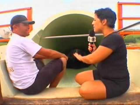 Repórter encara a descida do maior toboágua do mundo