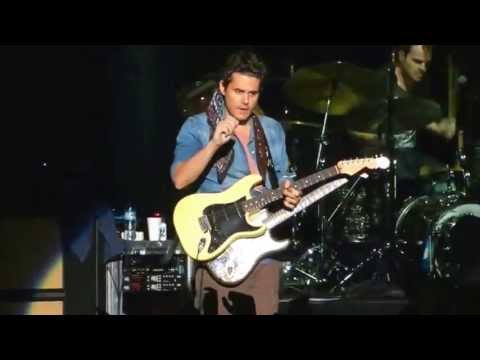 """John Mayer Epic: gets guitar from fan during """"Gravity"""" solo, returns it signed and tuned @ Argentina"""