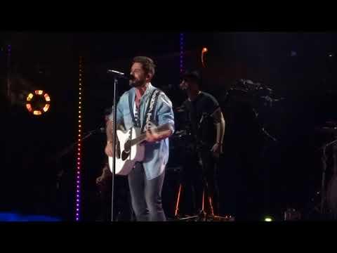"""Thomas Rhett sings """"Life Changes"""" live at CMA Fest"""