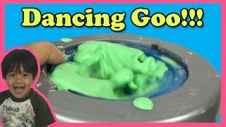 DANCING GOO Cornstarch and water Easy science experiment for kids Wonderology Ryan ToysReview