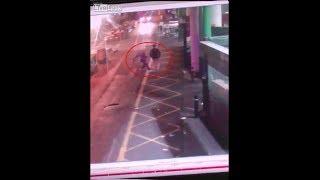Attacco a Londra ripreso dalle telecamere di sicurezza: le coltellate dei terroristi