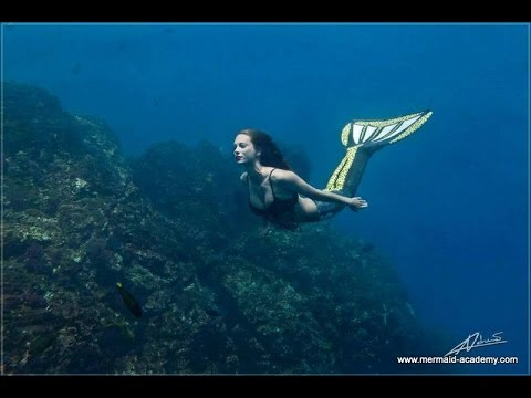 Underwater photo shoot with Mermaid Kat