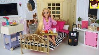 Rutina de Mañana de Princesa Rapunzel en Cuarto de Hotel De Barbie - Los Juguetes de Titi