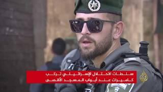 آلاف الفلسطينيين يحتشدون خارج الأقصى رغم تصعيد الاحتلال