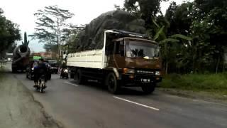 lucu! BUS DMI mau nyelip truk di depannya gak jadi KARENA ADA TRUK MOLEN
