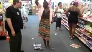 Une femme possédée par un démon dans un magasin.flv