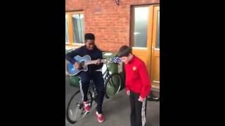 Kleiner Junge singt Verdammt gut!