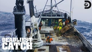 Scary Close Call with a Breakaway Pot | Deadliest Catch