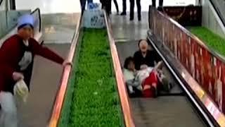 انخلاع درجة في سلم ميكانيكي وفتاة محاصرة فيه|CCTV Arabic