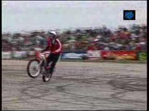 Esse cara brinca de moto
