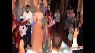"""فتاة تفاجئ الجميع فى فرح بنت خالتها وترقص هندى على أغنية """"تك دِنة"""" من فيلم جحيم في الهند Tak Dhinna"""