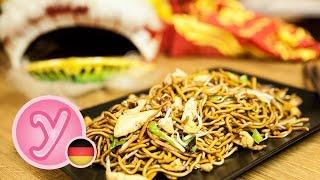 chinesisch GEBRATENE NUDELN wie beim Asiaten / Imbiss mit Hühnchen Ei Gemüse, vegetarisch möglich