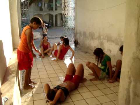 Crianças brincando de escorregar