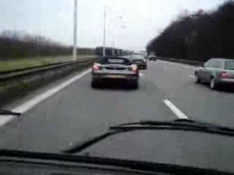 Kombi turbo empurrando uma Ferrari
