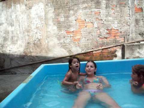 Daiani Lorena cantando na piscina