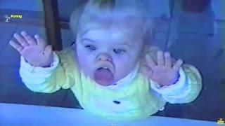 Śmieszne Dzieci Lizać Szkło. HD Filmy