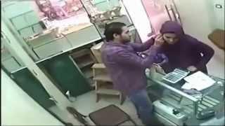 فتاة تسرق محل المتاجرة بالذهب  بعد التغزل بصاحب المحل