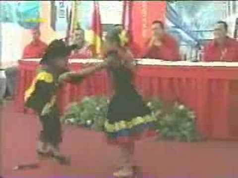 Niños bailando joropo